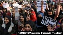 نئی دہلی میں مسلم خواتین متنازع شہریت بل کے خلاف احتجاج کر رہی ہیں۔