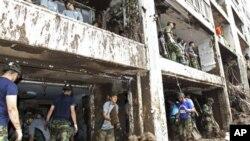 韩国士兵7月28日在首尔泥石流灾区救灾