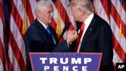 Le soir de la victoire de Donald Trump, avec à ses côtés son vice-président Mike Pence, le 9 novembre 2016.
