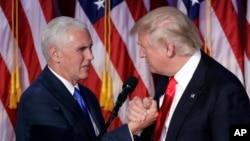 Le président élu des Etats-Unis Donald Trump, à droite, et son vice-président Mike Pence, 9 novembre 2016.