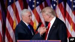 Presiden terpilih Amerika, Donald Trump (kanan) berjabat tangan dengan wapres terpilih, Mike Pence sesaat sebelum menyampaikan pidato kemenangannya di New York, 9 November 2016 (AP Photo/John Locher).