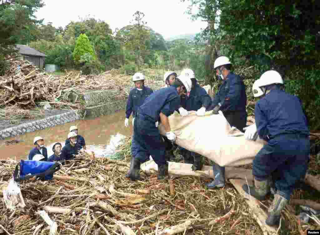 Xilasedicilər qasırğa qurbanlarına yardım edir - İzu Oşima adası, 16 oktyabr, 2013