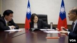 台灣總統蔡英文與美國總統當選人川普進行越洋電話。 ( 台灣總統府提供)