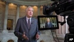 미국 앨라배마주 공화당 상원의원 후보 경선에서 도널드 트럼프 대통령의 지원을 받은 루서 스트레인지 의원이 의회에서 TV 뉴스 인터뷰를 하고 있다.