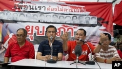 Thai 'Red Shirt' anti-government protest leader Natthawut Saikua (2nd R), flanked by other protest leaders, makes an announcement on the latest proposal by Thai prime minister, 04 May 2010