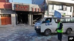 巴勒斯坦工人在停火期間清理加沙街道