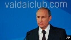 Rossiya Prezidenti Vladimir Putin Sochida o'tkazilgan Valday xalqaro bahs klubi yig'inida, 24-oktabr, 2014-yil.