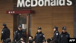 Место протестов в Пекине огородили щитами