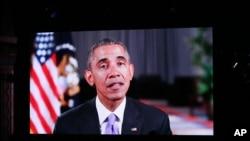 Президент Обама в роли телеведущего открывает заключительный эпизод реалити-шоу телеканала Fox «American Idol»