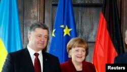 ពីខាងឆ្វេង ប្រធានាធិបតីអ៊ុយក្រែនលោក Petro Poroshenko និងលោកស្រីអធិបការតីអាល្លឺម៉ង់ Angela Merkel។ មេដឹកនាំរុស្ស៊ី អ៊ុយក្រែន បារាំង និងអាល្លឺម៉ង់នឹងពិភាក្សាផែនការសន្តិភាពអ៊ុយក្រែន។