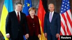 Từ trái qua phải: Tổng thống Ukraine Petro Poroshenko, Thủ tướng Đức Angela Merkel và Phó Tổng thống Mỹ Joe Biden tại Hội nghị An ninh Munich hôm 7/2.