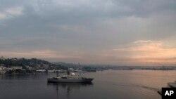 El buque de guerra ruso Viktor Leonov entra en la bahía de La Habana el martes 24 de marzo de 2015. El buque de guerra ruso, uno de los buques de clase Vishnya de la flota que se usan generalmente para la recolección de inteligencia.
