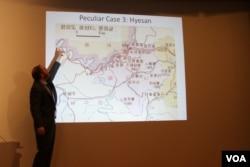 커티스 멜빈 연구원이 지난 24일 워싱턴 의회도서관에서 열린 '북한 지도 제작' 토론회에서 자신이 제작한 북한 전자지도를 보여주고 있다. 사진 = 최재형 VOA 인턴기자.