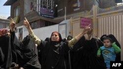 """克什米尔右翼妇女组织""""信仰之女""""的活动人士9月21日在斯利那加的抗议中高呼反美口号"""