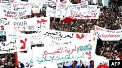 Những người tham gia cuộc tuần hành hô những khẩu hiệu đòi một hiến pháp mới.