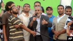 Pemimpin Ikhwanul Muslimin, Mohammed Badie, berbicara dalam sebuah protes di Kairo (5/7).