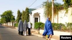 Beberapa perempuan berjalan di kawasan permukiman di Maiduguri, negara bagian Borno yang merupakan garis depan pertempuran militer Nigeria dan pemberontak Islamis (foto: dok).