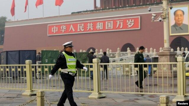 10月28日爆炸发生后一名警察在天安门前巡逻
