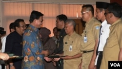 Menteri Agraria dan Tata Ruang sekaligus Kepala Badan Pertanahan Rakyat (BPN) Ferry Mursyidan Baldan menyerahkan Sertifikat Hak Atas Tanah di Jawa Timur. (Foto: Dok)