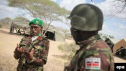 Le général de brigade Anthony Ngere, à gauche, de la Mission de l'Union africaine en Somalie (AMISOM) discute avec ses officiers supérieurs au quartier général secteur de l'Amison dans la ville de Dhobley, Somalie, 30 septembre 2012. EPA / UA-ONU IST PHOT