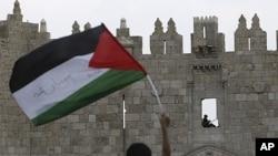 星期五一名巴勒斯坦男孩在耶路撒冷舊城揮舞巴勒斯坦的旗幟