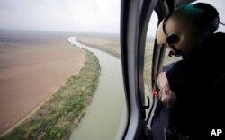 Un guardia de la Agencia de Aduanas y Protección Fronteriza de EE.UU. mira a lo largo del Río Grande en la frontera de Texas con México. Sep. 24, 2015.