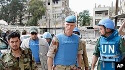 Trung tướng Na Uy Robert Mood (thứ 2 từ phải), trưởng đoàn quan sát viên Liên hiệp quốc nói toán quan sát viên đang cố giúp tình hình ở Syria lắng dịu