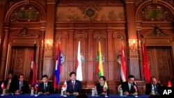 Thủ Tướng Shinzo Abe đọc diễn văn tại Hội nghị cấp cao Hợp tác Nhật Bản-Mekong ngày 9/10/2018. (Franck Robichon/Pool Photo via AP)