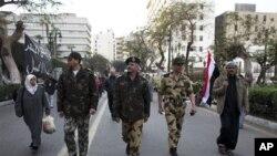 Visoki časnici egipatske vojske u blizini zgrade parlamenta u Kairu