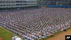 印度德里公立学校的5千名师生和家长在做瑜伽 (2014年10月20日)