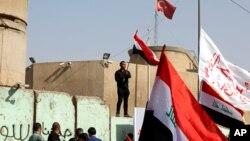 지난 18일 이라크 바그다드 터키 대사관 앞에서 시아파 시위대가 북부 국경 지역에 주둔한 터키 군의 철수를 요구하고 있다. (자료사진)
