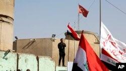 Bağdat'taki Türk Büyükelçiliği önünde toplanan Iraklı Şii göstericiler, Türkiye'nin askerlerini Başika'dan çekmesini talep ediyor