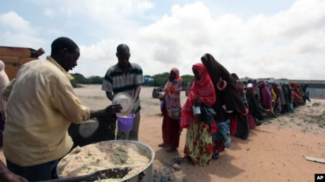 Internally displaced Somali people stand in line as they wait for cooked food in Hodan district, south of capital, Mogadishu, September 5, 2011.
