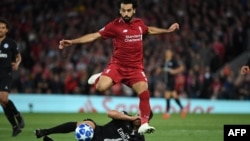Mohamed Salah contrôle le ballon lors du match contre le Paris Saint-Germain à Anfield, Angleterre, le 18 septembre 2018.