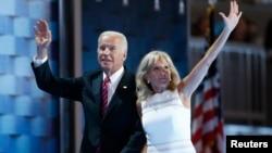 Mantan Wakil Presiden AS Joe Biden dan istrinya, Dr. Jill Biden (foto: dok).