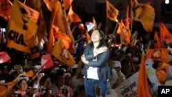 게이코 후지모리 후보가 2일 리마에서 최종 선거유세를 한 뒤 웃고 있다.