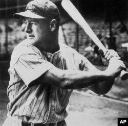 뉴욕 양키스의 내야수로 활약한 루 게릭 선수가 지난 1935년 경기에서 배트를 쥐고 있다.