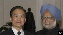 ນາຍົກລັດຖະມົນຕີຈີນ ທ່ານ Wen Jiabao (ຊ້າຍ) ຈັບມືກັບ ນາຍົກລັດຖະມົນຕີອິນເດຍ ທ່ານ Manmohan Singh ລະຫວ່າງ ງານລ້ຽງຮັບຮອງອາຫານຄໍ່າ ທີ່ນະຄອນຫຼວງນິວເດລີ (15 ທັນວາ 2010)