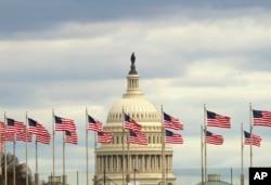 Zastave se vijore ispred američkog Capitola u Washingtonu, u utorak ujutro, 1. januara 2019, dok djelimično zatvaranje vlade ulazi u treću nedjelju.