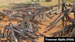 Des armes récupérées sur des combattants armés en RCA 2015. (VOA/Freeman Sipila)