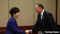 박근혜 대통령이 15일 오전 브리즈번 숙소호텔에서 양국 FTA 타결을 선언하는 기자회견장에서 존 필립 키 뉴질랜드 총리를 맞이하며 악수하고 있다.