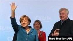 Başbakan Angela Merkel, Bavyeralı siyasi ortağı, CSU adayı Horst Seehofer'le (sağda)