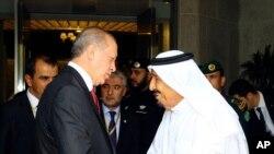 Presiden Turki Recep Tayyip Erdogan, kiri, disambut oleh Raja Saudi Salman, kanan, setibanya di Jeddah, Arab Saudi, Minggu, 23 Juli 2017.