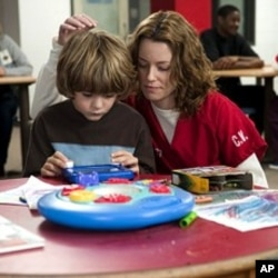 Luke (Ty Simpkins) and Lara Brennan (Elizabeth Banks) in THE NEXT THREE DAYS