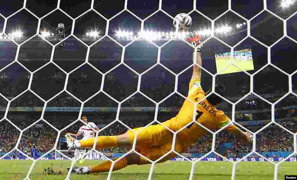 29일 브라질 레시페에서 열린 코스타리카와 그리스의 월드컵 16강전에서 코스타리아의 미카엘 우마나가 승부차기 득점을 올렸다.