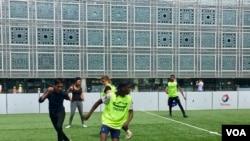 An amateur match outside the Arab World Institute in Paris. ( L. Bryant/VOA)