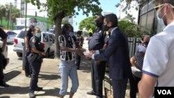 El alcalde de Miami, Francis Suárez, entrega mascarillas a los residentes del barrio de Allapatah.
