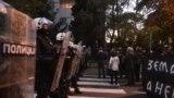 Policijski kordon pred desničarskim demonstrantima u blizini američke ambasade u Beogradu (Foto: RSE/Vesna Anđić)