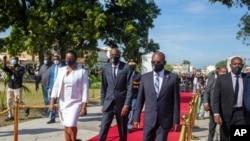 ປະທານາທິບໍດີເຮຕີ ທ່ານໂຕເວີແນລ ມວາເຊ (ກາງ) ຕິດຕາມດ້ວຍພັນລະຍາ ທ່ານນາງມາຕິນ ແລະນາຍົກລັດຖະມົນຕີ ທ່ານໂຈເຊຟ ຈູເຕ ທີ່ເມືອງ Port-au-Prince, ປະເທດເຮຕິ.