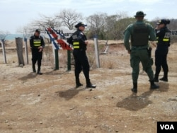 Policías costarricenses patrullan la frontera con Nicaragua